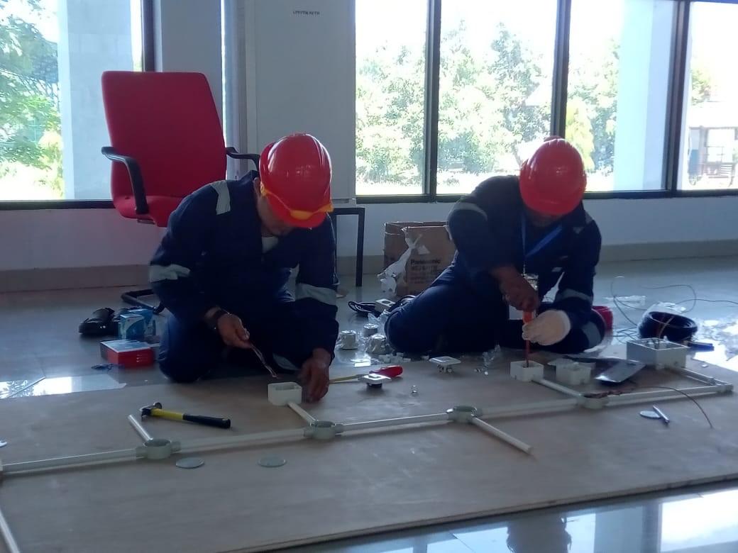 Praktikum pembuatan instalasi listrik 3 phasa